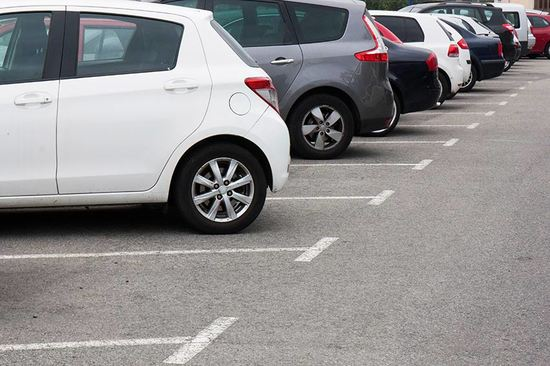 We give you some tips on how to find low-cost places to park in the city.